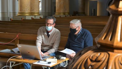 Die Spezialisten Michael Messerli und Markus Müller beim Einpegeln der neuen Anlage. (Bild: Mathias Frei)