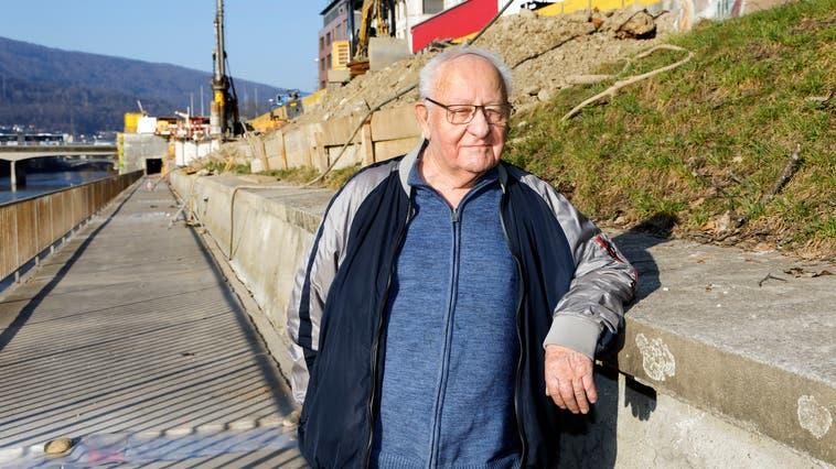 Bildhauer Paul Nünlist steht dort, wo sein Fischbrunnen beim Ländiweg hinkommen soll. (Andre Albrecht)