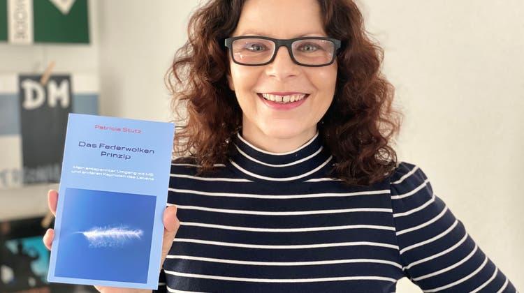 Patricia Stutz mit ihrem Buch. (Bild:zvg)