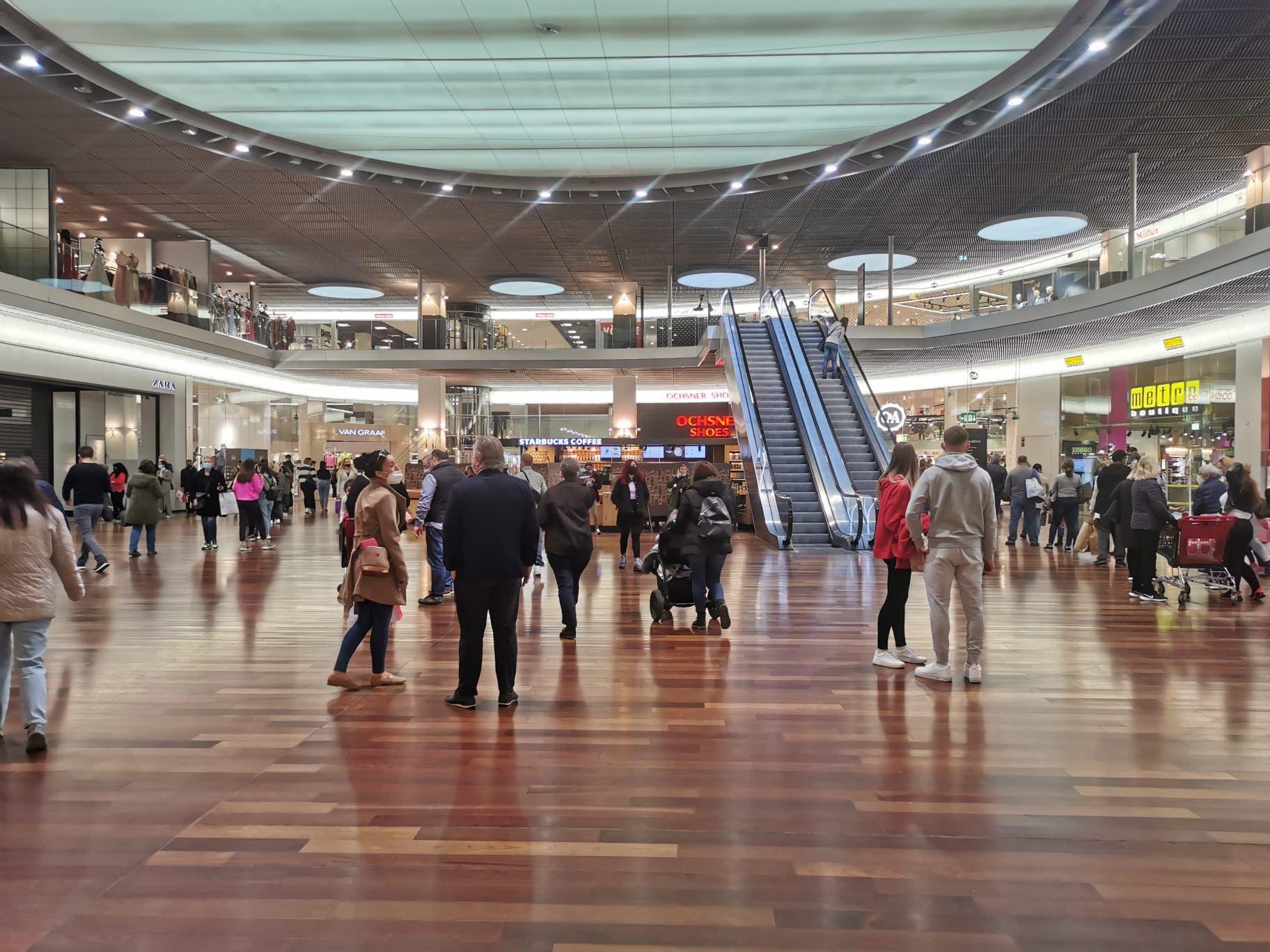 Das Shoppi Tivoli ist bereits eine Stunde nach der Eröffnung gut besucht.