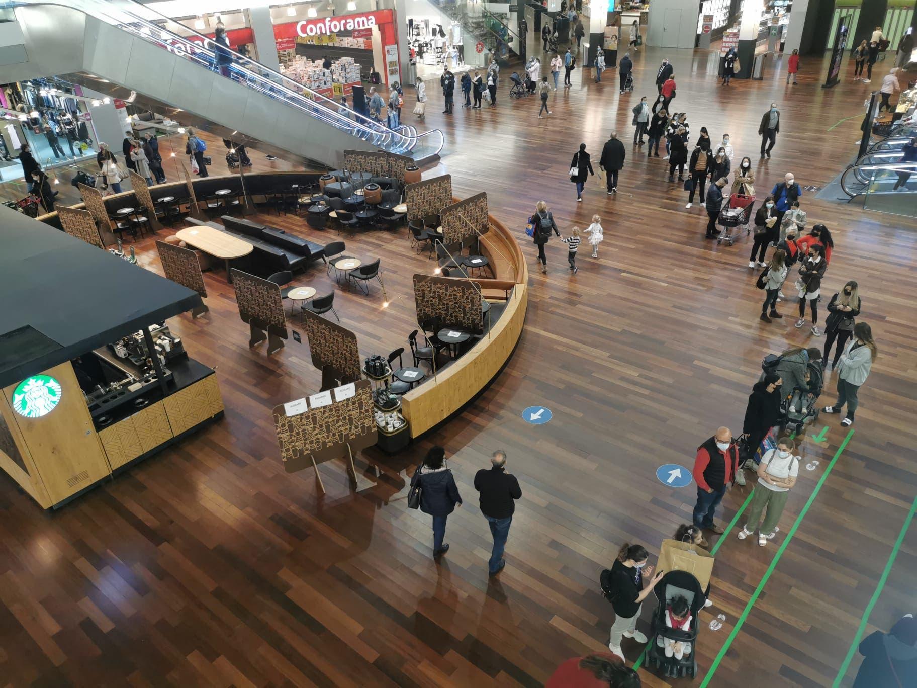Um ins C&A oder Zara zu gelangen, stellen sich die Kundinnen und Kunden gerne an.