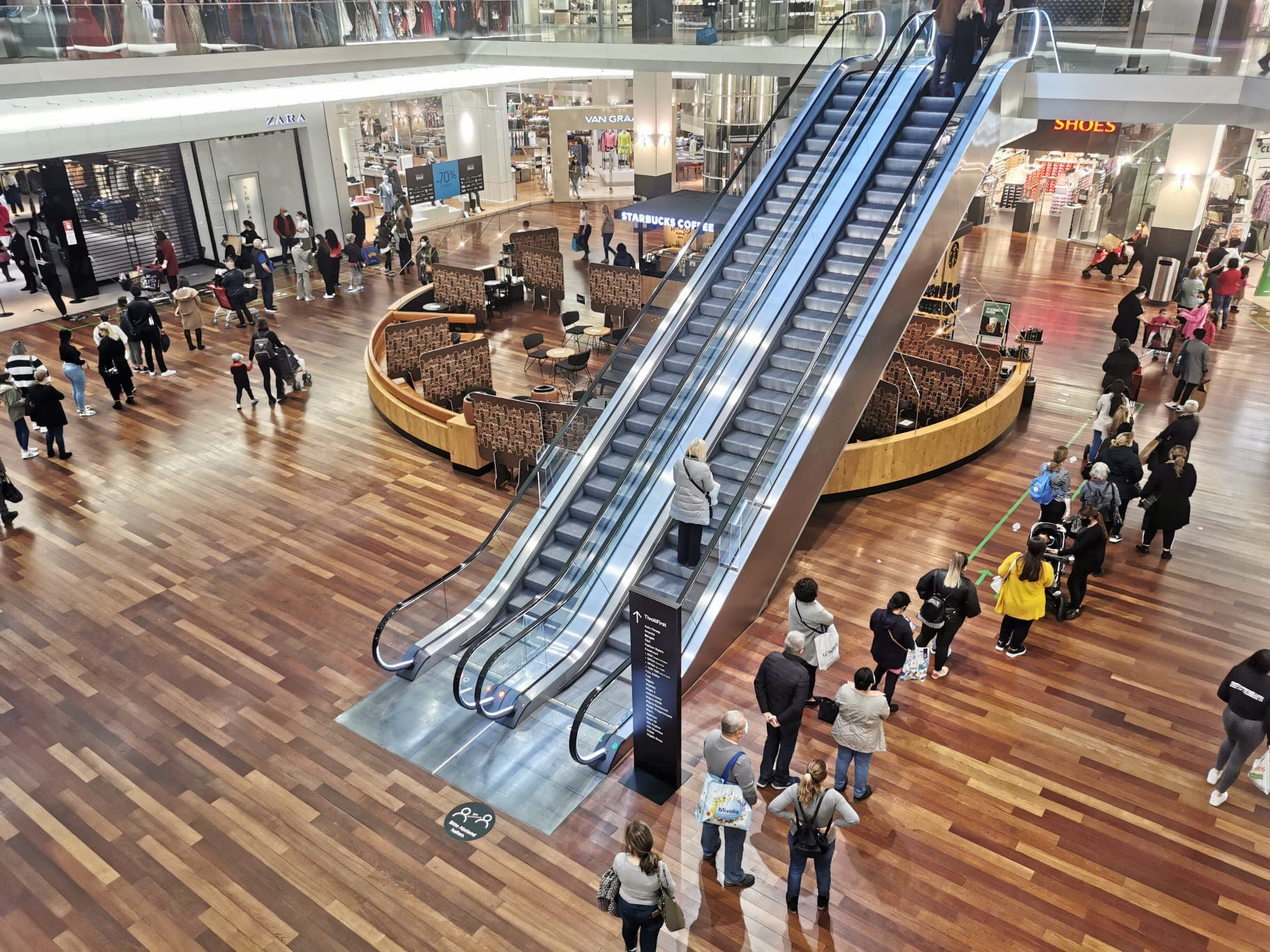 Um ins C&A oder Zara zu gelangen, warten Kunden des Shoppi Tivoli rund eine Stunde lang.