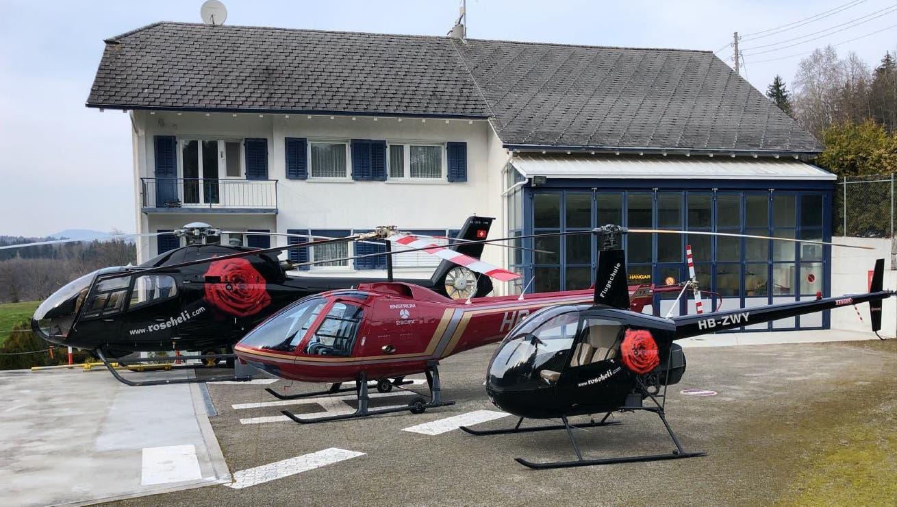 """Die Flotte der Rose Helicopter AG (v.l): """"Rose"""", """"Rösli"""", """"Baby Rösli""""-  alle Teil der hauseigenen ATO-II-Flugschule. Den kleinsten Heli hat Lukas Fischer letzte Woche aus Grossbritannien eingeflogen - via Ärmelkanal. (ZVG)"""