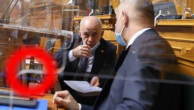 Ueli Maurer vertieft im Gespräch mit Alain Berset. (Bild: Keystone)