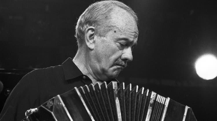 Der argentinische Bandoneonspieler Astor Piazzolla (1921-1992) am 1985 am Jazzfestival Montreux. (Str / KEYSTONE)