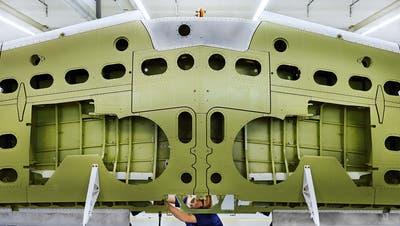 Arbeiten an einem Flügel des Pilatus-Flugzeugs PC-21 bei Ruag International in Emmen. (Bild: PD)