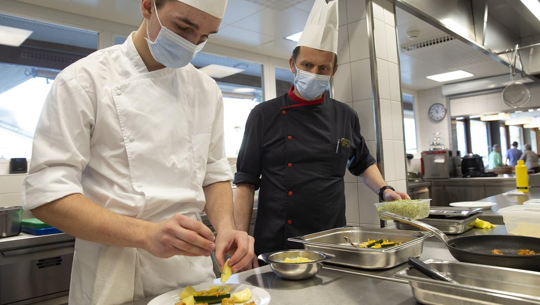 In der Gastrobranche verzögert sich die Rekrutierung von Lernenden noch. (Symbolbild) (Keystone)