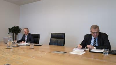 Medienkonferenz zur Nidwaldner Staatsrechnung für das Jahr 2020: Finanzverwalter Marco Hofmann (links) und Finanzdirektor Alfred Bossard. (Bild: Martin Uebelhart (Stans, 11. März 2021))