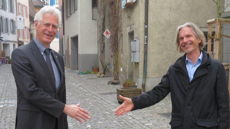 Stadtammann Raymond Tellenbach (links) und der Co-Präsident der Bremgarter Schulpflege, Andreas Rauch, geben sich symbolisch die Hand. (Marc Ribolla)