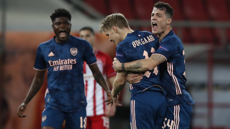 Granit Xhaka herztMartin Odegaardnach seinem ersten Tor für Arsenal. (Keystone)
