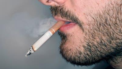 In den Tabakpräventionsfonds des Bundes zahlt jeder Raucher 2,6 Rappen ein, wenn er ein Päckchen Zigaretten kauft. (Bild: Keystone)