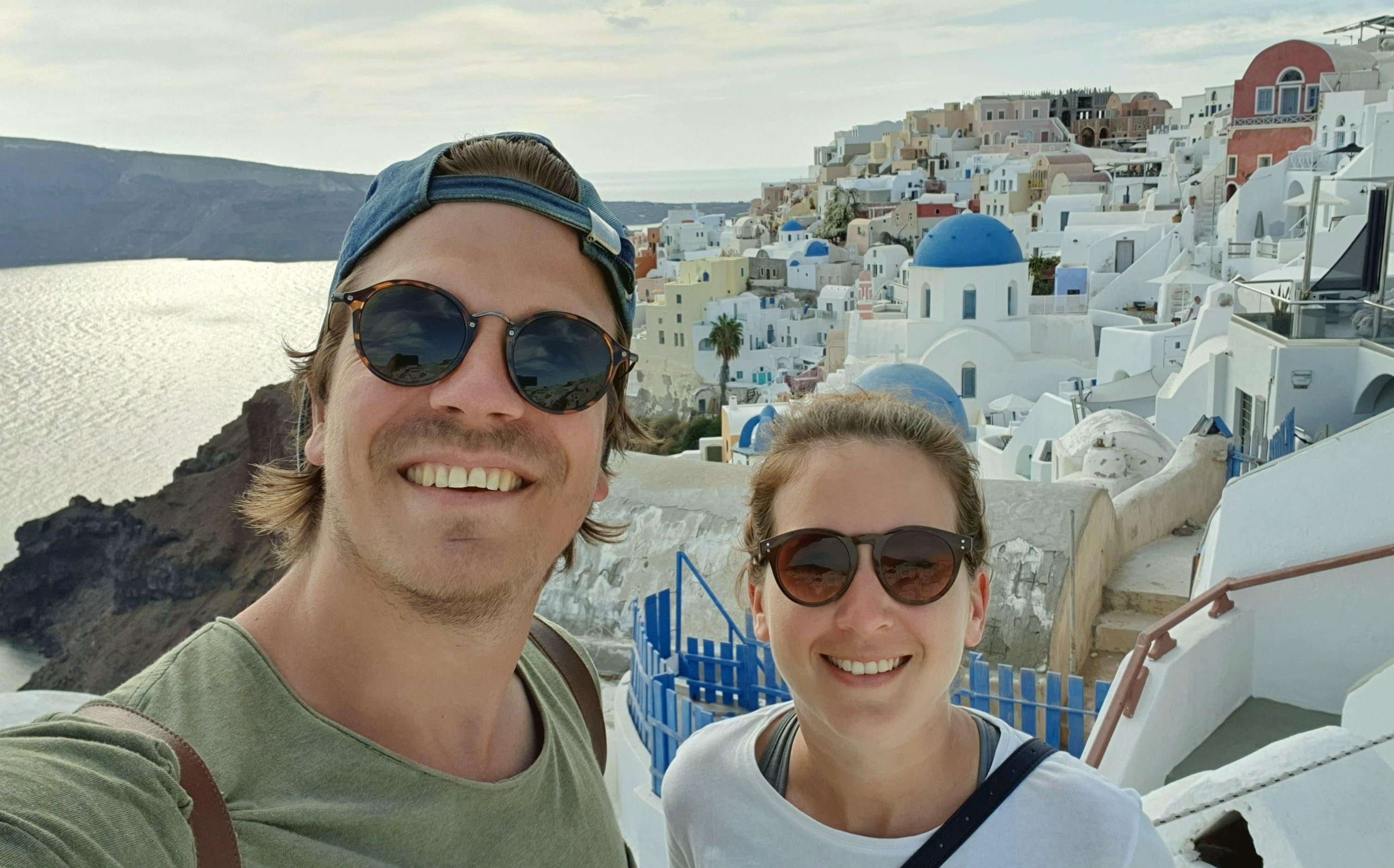 19. Oktober 2020, Griechenland: Selfie vor den typischen weissen Häusern mit blauen Dächern in Oia.