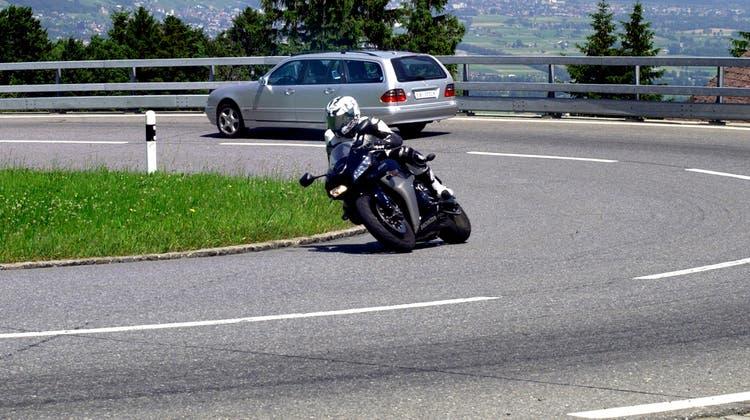 Der Töfffahrer war in der Gegenrichtung unterwegs. In einer langgezogenen Kurve stiessen die beiden Fahrzeuge frontal zusammen. Der Grund für den Unfall ist noch unklar. (Symbolbild: Max Tinner)