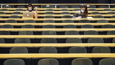 Die Studentinnen und Studenten spüren die Corona-Krise auch finanziell. Ein Nothilfefonds soll Abhilfe schaffen. (Keystone)