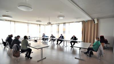 Mit Maske und Abstand: Vertreter der Gemeinden Matzingen, Thundorf und Stettfurt unterzeichnen im Tscharnerhausihre Zusammenarbeitsverträge. (Bild: Olaf Kühne)