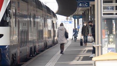 Am Bahnhof Aarau gerieten etwa ein halbes Dutzend Personen in Streit, die Polizei musste eingreiffen. (Symbolbild/Archiv) (Michael Küng)