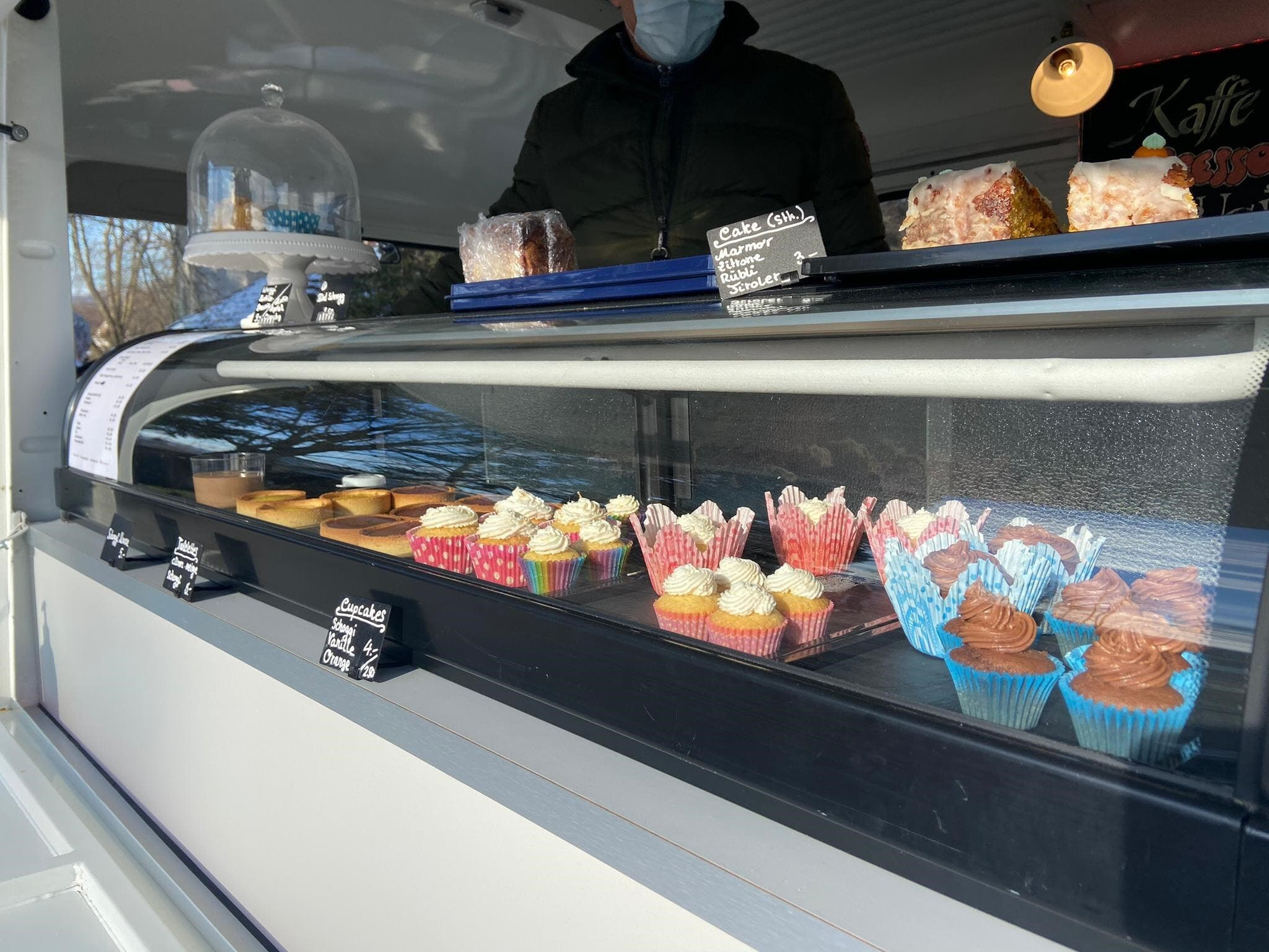 Darin bieten Patrick und Myriam Feuz nun Kaffee, Kuchen und Cupcakes an.
