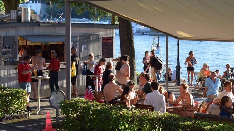 Wenn das Wetter mitspielt, lässt sich mit einer Buvette – hier die «Dreirosen» – gut Geld verdienen. Ferienstimmung inklusive. (Bild: Bz)