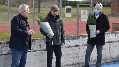 Urs Müller, Leiter des Generalplanerteams, überreicht Gemeinderat Thomas Burkard und Andreas Jauch, dem Leiter Hochbau (von links), je ein Tännchen beim Spatenstich der Hofmattenhallein Wohlen. (Toni Widmer)