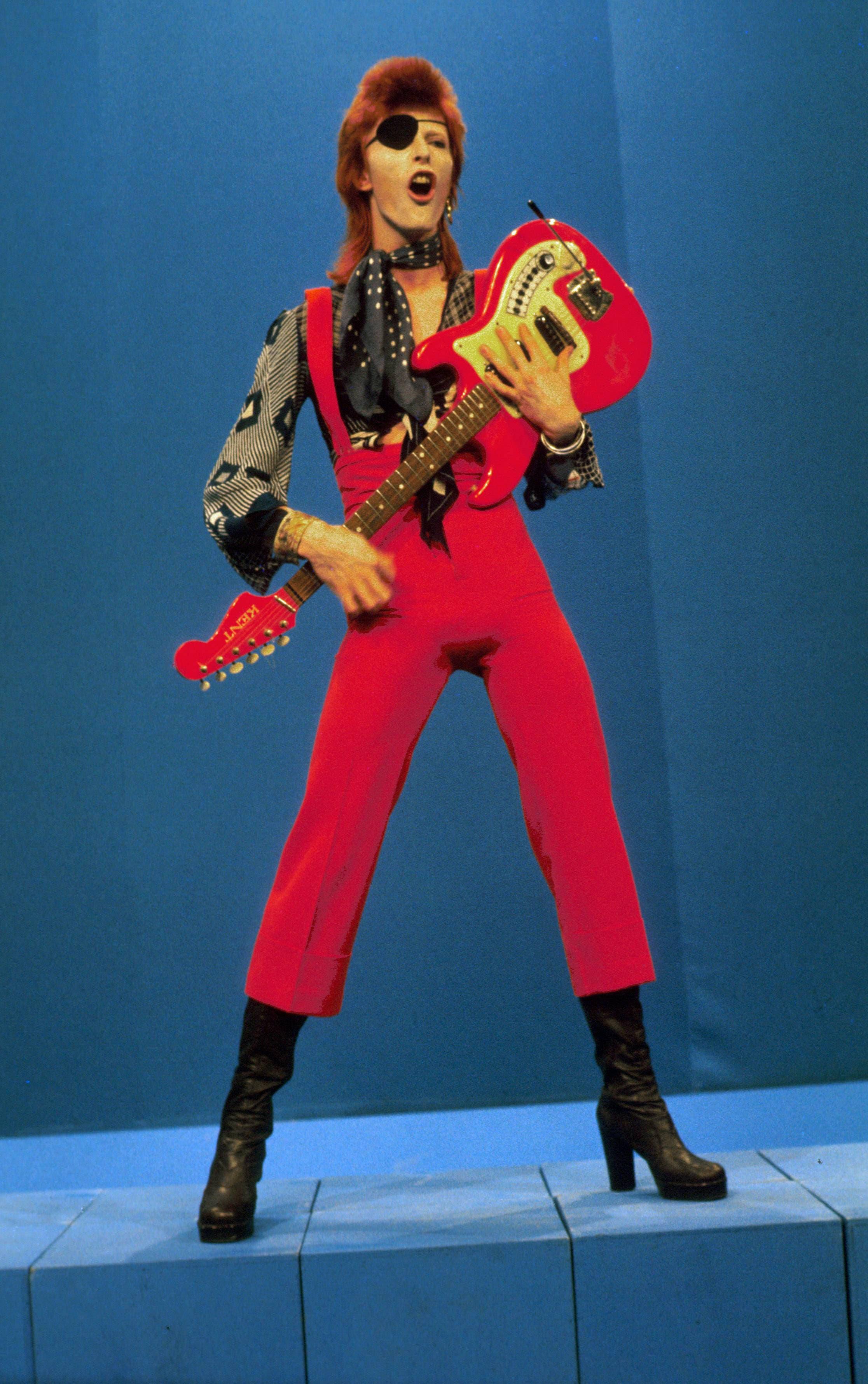 David Bowie Das geschlechtslose Fabelwesen von einem anderen Stern teilt sich die Krone des Glam mit Marc Bolan. Als ihm der Rummel um seine Person zu intensiv wurde, distanzierte er sich vom Glamrock.