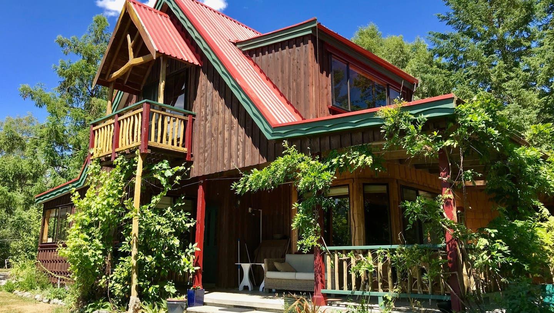 Daphne und der Brugger Philip Zumstein sind 2017 nach Neuseeland ausgewandert und betreiben auf der Südinsel die Murchison Lodge. (Bild: zvg)