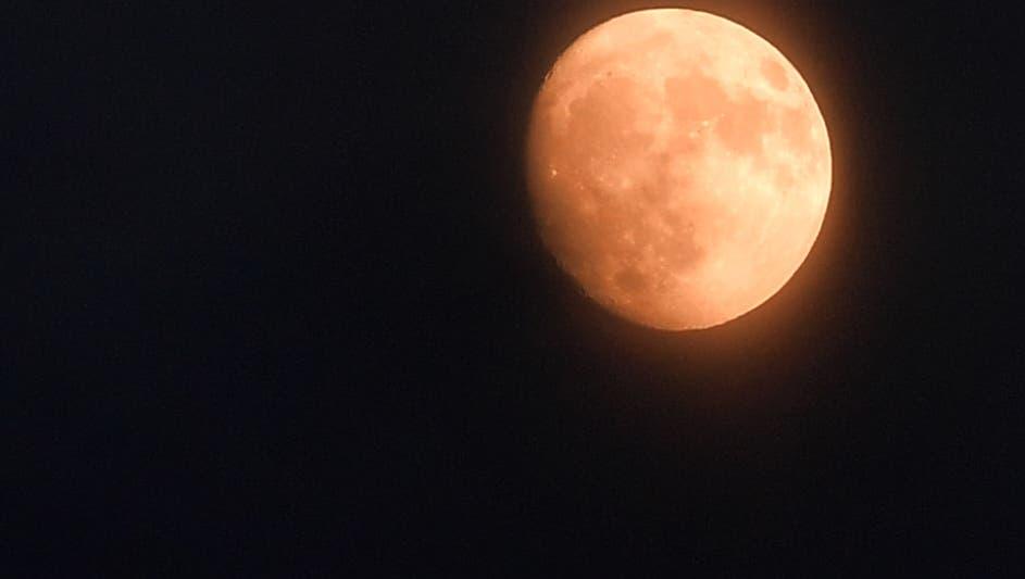 Die Mondphasen scheinen unsere inneren Rhythmen immer noch zu beeinflussen, obwohl das Licht des Mondes mittlerweile durch künstliche Beleuchtung weit überstrahlt wird. (Bruno Kissling)