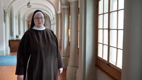 Sr. Maria Raphael Märtens, die neue Frau Mutter der Kapuzinerinnen-Gemeinschaft, in einem der Säulengänge desKlosters Gerlisberg in Luzern. (Bild: Boris Bürgisser (Luzern, 8. März 2021))