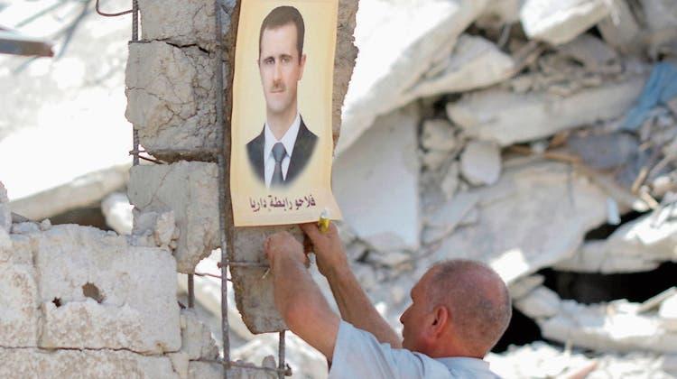 Syrische Kämpfer beerdigen ihre gefallenen Kameraden nach einer Schlacht in der kurdischen Ortschaft Qamishli