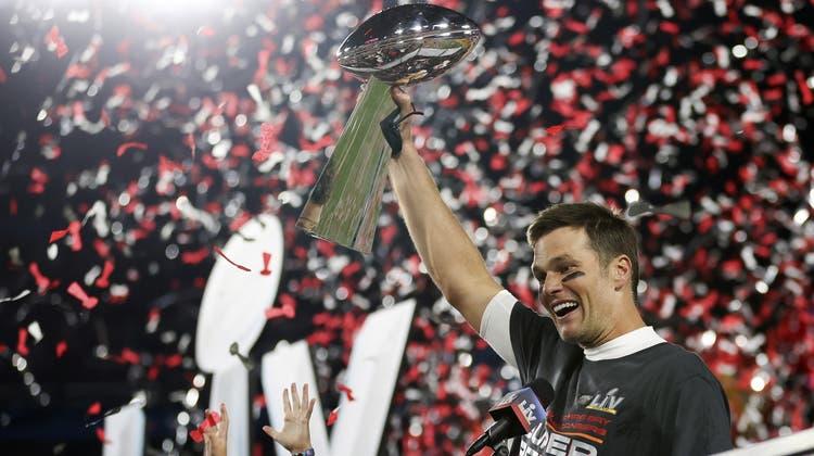 Sieben Mal stemmte Tom Brady die Vince Lombardi Trophy schon in die Luft. Geht es nach Brady, darf es auch noch ein achtes Mal sein. (Ben Liebenberg / AP)