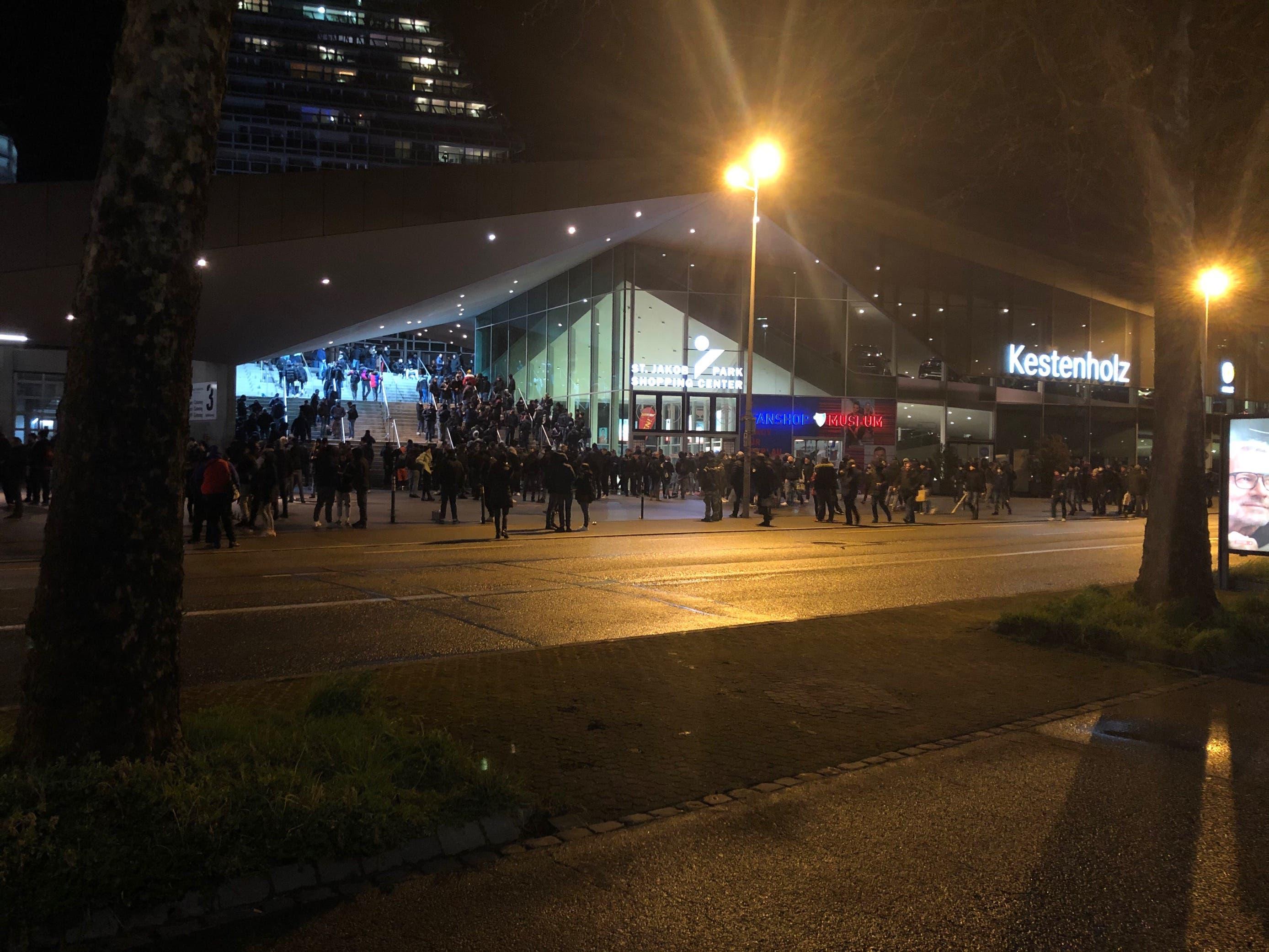 Einige hundert sind schon vor dem Stadion.