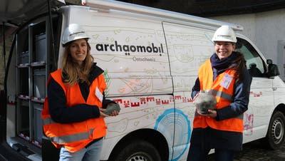 Livia Hailer und Monika Isler präsentierten im Arboner Schlosshof das Archäomobil sowie einige Fundstücke. (Bild: Christof Lampart)