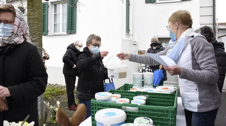 Das Essensangebot des Frauenbunds vor der Kirche Mühlau kommt bei der Kundschaft gut an. (Bild: Melanie Burgener)