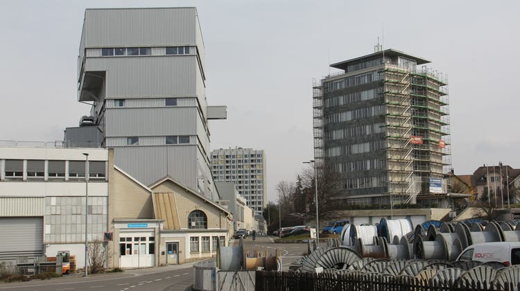 Der Centurion Tower (Mitte) der Brugg Immobilien AG ist fertig erstellt, jetzt laufen die Arbeiten am alten Hochhaus. (Bild: Claudia Meier (10. März 2021))