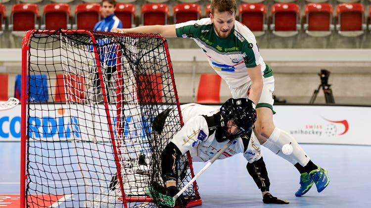 Andrin Hollenstein im Rencontre mit Zugs Goalie Petter Nilsson, Matchwinner in der dritten Playoff-Begegnung vom Sonntag. (Claudio Thoma/freshfocus)