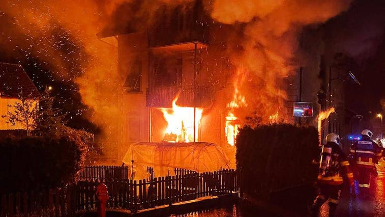 Dichter Rauch steigt aus dem brennenden Gebäude in Pfeffikon auf. (Bild: Feuerwehr Oberwynental)