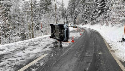 Unfall Nummer 1 auf der Ratenstrasse in Oberägeri. (Bild: Zuger Polizei)