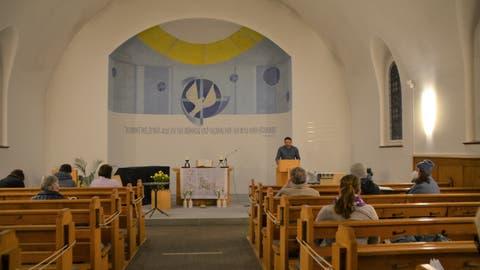 Eine Hand voll Kirchbürgerinnen und Kirchbürgersitzen mit nötigem Sicherheitsabstand in der Kirche. (Bild: Margrith Pfister-Kübler)