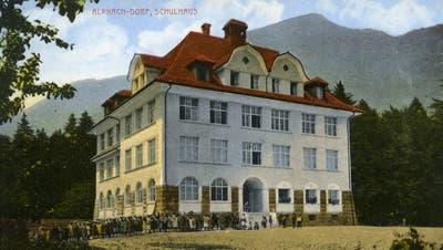 Das Schulhauses Alpnach-Dorf im Jahr 1916. Postkarte koloriert. 14x9 cm. Konsum-Verein Alpnach-Dorf. (PD/Staatsarchiv Obwalden)