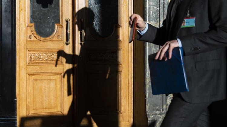 Wenn sich in der Wandelhalle Lobbyisten tummeln: Jeder Parlamentarier darf zwei Zugangsbadges verteilen. (Symbolbild: Keystone)