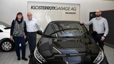 Doris und Eduard Huser (links) übergeben die Klosterrüti Garage in Neuenhof an ihren Sohn David Huser (rechts). (Bild: Alexander Wagner)