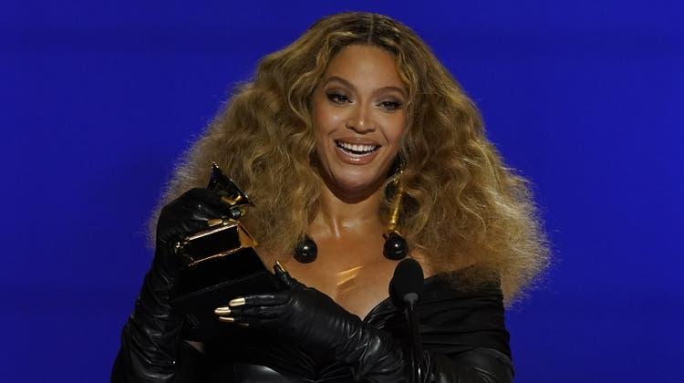 Beyoncé mit ihrem Award für den bestenR&B Song «Black Parade» bei der 63. Ausgabe der Grammys, in Los Angeles. (Chris Pizzello / AP)