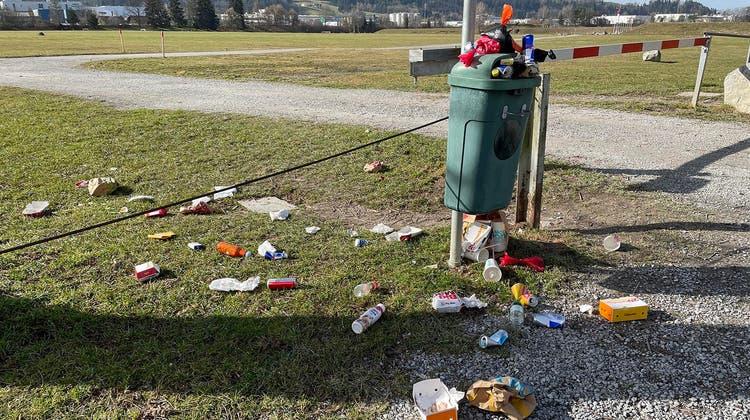 So sieht es insbesondere an Wochenenden im Gebiet Gründenmoos/Breitfeld teilweise aus: Fastfood-Abfälle von McDonald's-Gängern. (Bild: pd)
