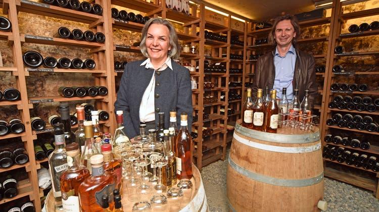 Loretta Giacopuzziund Severo Marchionne im Weinkeller der Felsenburg, wo sie ihre edlen Tropfen lagern. (Bild: Mario Testa)