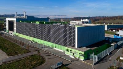 Das Green Datacenter mit dem vielsagenden Namen Zürich-West 3 in Lupfig gehört zu den grössten und modernsten der Schweiz. Drei weitere Center ähnlicher Dimension könnte Green in Lupfig bauen, doch vorerst fahren die Bagger 20 Kilometer weiter östlich auf. (Bild: zVg)