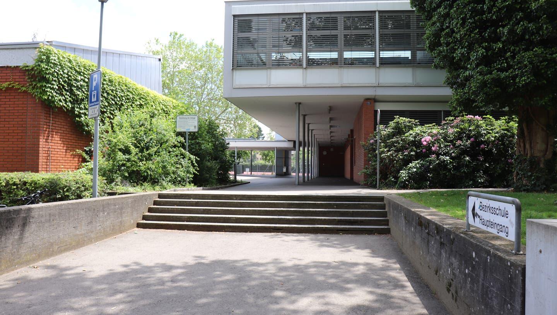 Bereits auf das Schuljahr 2022/23 soll bei der Bezirksschule Wettingen ein Erweiterungsbau bezugsbereit sein. Bis dahin wird ein Container für mehr Schulraum sorgen. (cla)