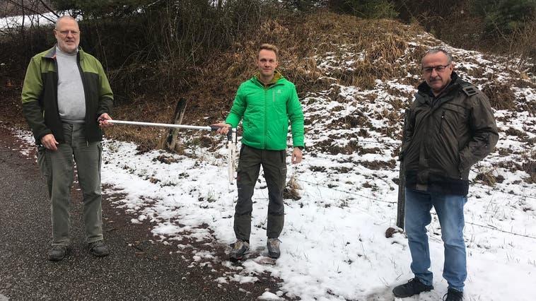 Armin Wyss (links) übergibt Adrian Widmer (Mitte) die Leitung der Forstbetriebsgemeinschaft hinteres Thal. In den Händen halten sie eine Kluppe. Damit lässt sich der Durchmesser von Baumstämmen messen. Hans Fluri, Präsident der Gemeinschaft, steht nebenan. (Fränzi Zwahlen-Saner)