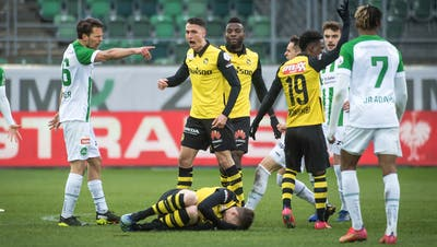 Hektische Minuten nach einem Foul an einem Berner: St.Gallens Lukas Görtler (links) und der YB-Mittelfeldspieler Vincent Sierro. (Bild: Michel Canonica)