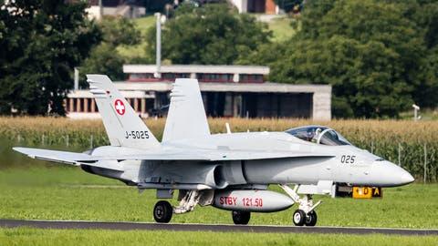 Ein F/A-18 Hornet Kampfjet der Schweizer Luftwaffe rollt zum Hangar vom Militärflugplatz Emmen. (Bild: Philipp Schmidli (9. August 2017))