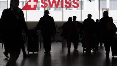 Wer künftig nicht allzu lange am Flughafen anstehen möchte, wird kaum darum herumkommen, sich einen Covid-Pass aufs Handy herunterzuladen. Fragt sich nur: Welchen? (Ennio Leanza / KEYSTONE)