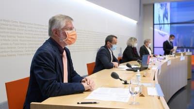 Möchte wenigstens die Risikogruppen nach Zeitplan impfen: Rudolf Hauri (l.) an der Medienkonferenz des Bundes in Bern. (Keystone)